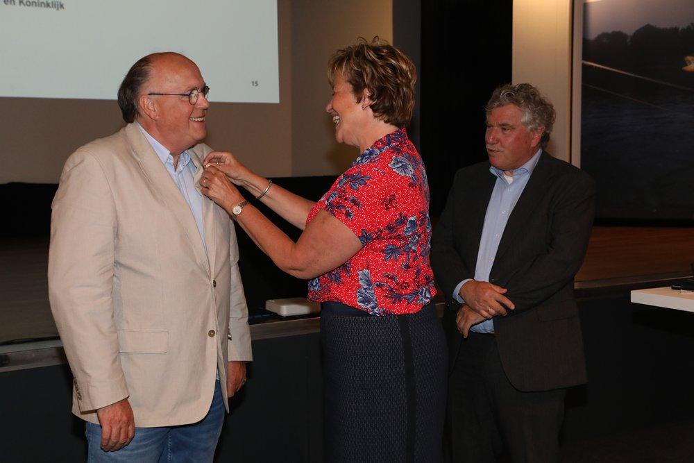 Pierre kreeg als eerste de gouden erespeld van Sportvisserij Nederland opgespeld door de voorzitter.