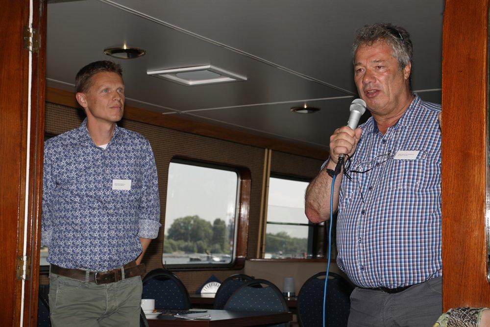 De heer Eerden van Rijkswaterstaat Dienst Oost Nederland gaf eveneens uitleg over dit miljoenenproject. Inmiddels zijn er al over vele kilometers van de Waal langsdammen aangelegd.