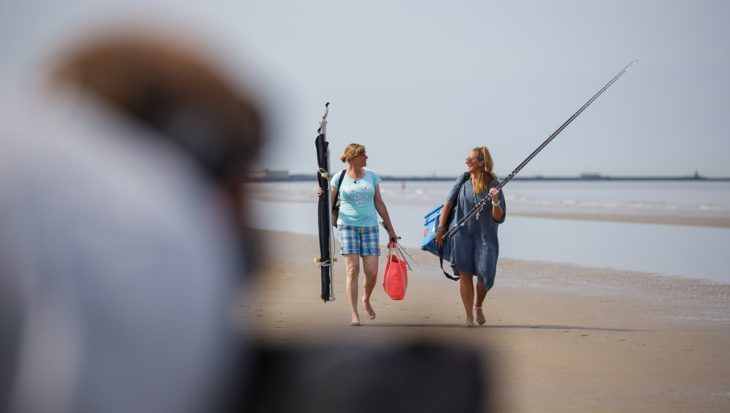 Zon, zee en strandvissen in slotaflevering De Visvrouwen