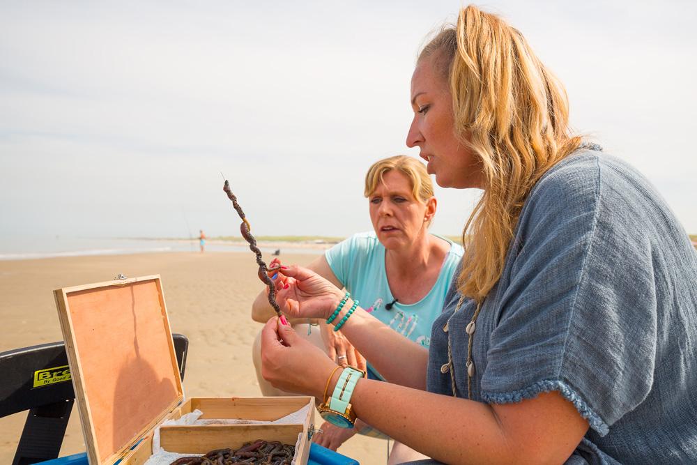 Na wat instructies over het materiaal en aas maakt Paula haar allereerste worpen in zee.