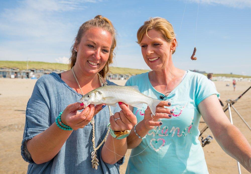 In de middag hervatten Paula en Nathalie het vissen en vangen ze meerdere zeebaarzen.