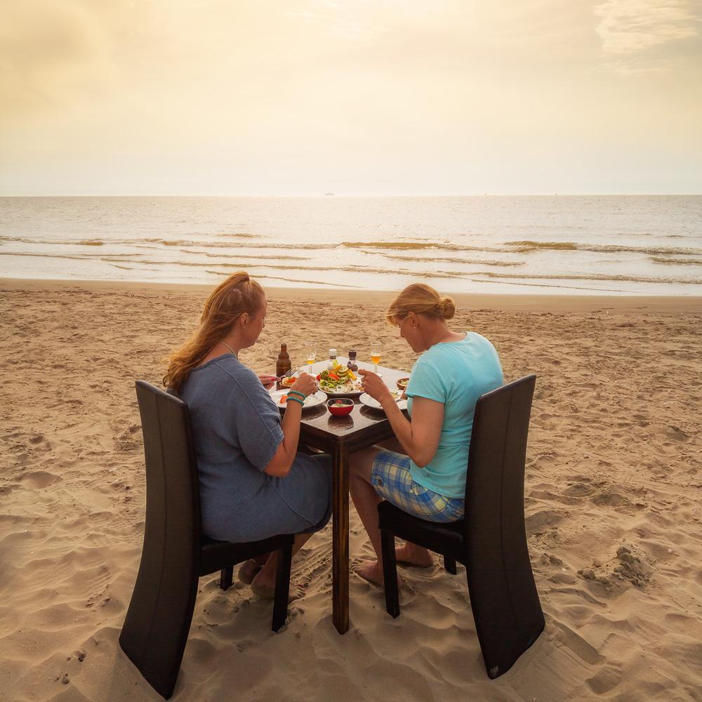 Een kok komt langs om hun zelf gevangen vis ter plekke te bereiden. Terugblikkend op hun visavonturen en met hun voetjes in het zand sluiten de dames deze prachtige zomerdag af.