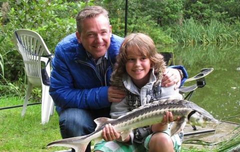 De tofste visclub van het land knoopt samen met de kinderen een standaard vislijntje voor de vaste hengel.