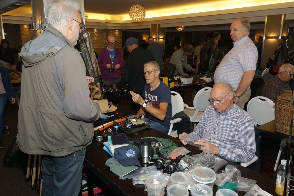 Spullen kopen van of aanbieden aan de verschillende standhouders.
