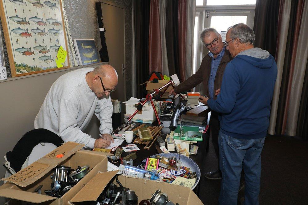 Oud Browning materiaal en horloges die toentertijd o.a. via de Beet verkocht werden, op de stand van Ruud van Oudgaarden.