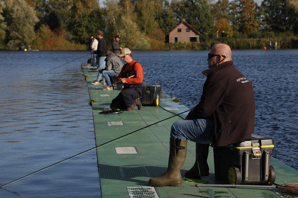 Er werd op de vliegvisplas gevist vanaf de verschillende steigers en vanaf vier pontons.