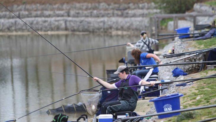 Hoe vis je met de vaste hengel op voorn?