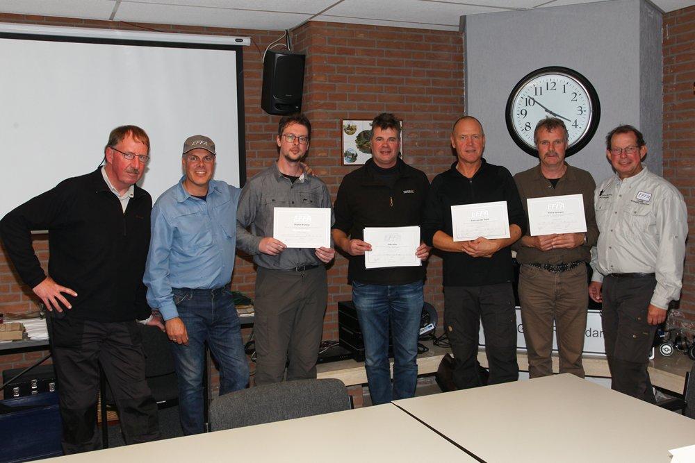 Nadat ook het theoretische gedeelte met succes afgesloten was, konden de certificaten uitgereikt worden aan Stephan Kasteleijn, Otto Rinia, Erwin van der Voort en Patrick Spangers (België).