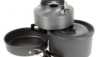 De nieuwe Pots & Pans Cooking Set van Faith is vervaardigd van geanodiseerd aluminium en wordt geleverd in een draagtas.