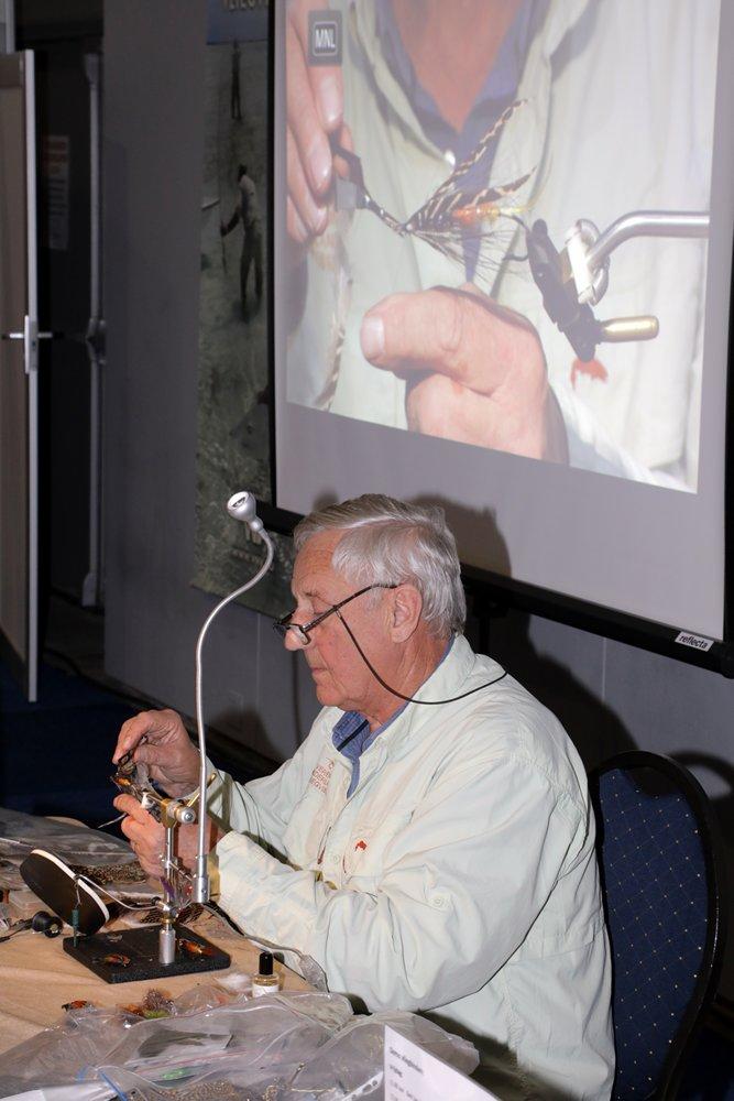 Henk van Bork bindt een fraaie zalmvlieg op de stand van de VNV.