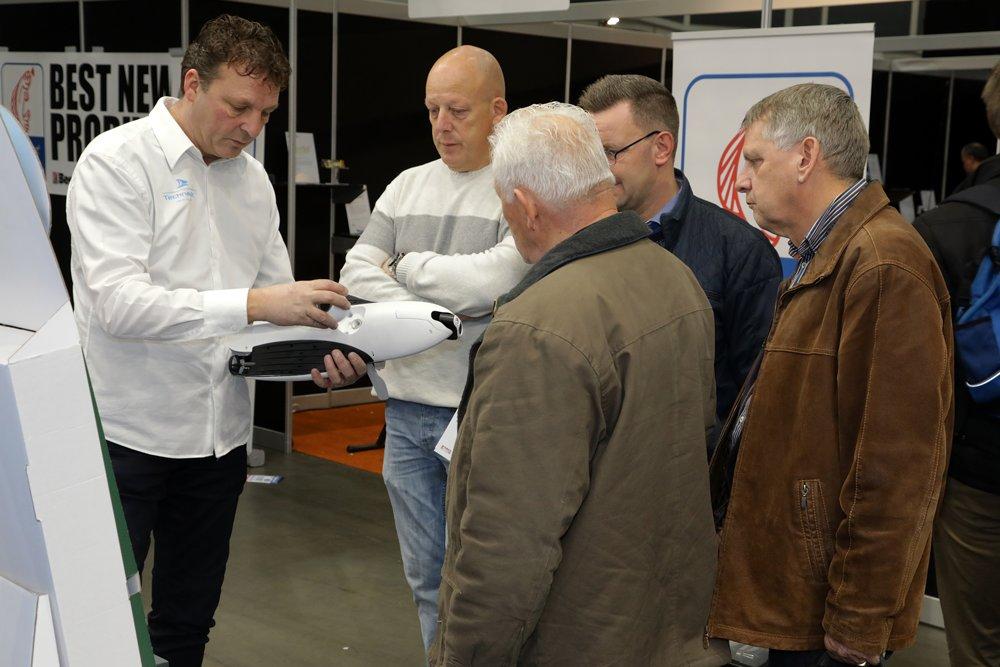 Frans Nestor geeft op de stand van Technautic uitleg over een onderwaterdrone.