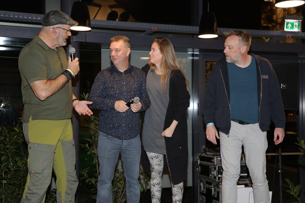 Beursorganisator Dirk Drent en zijn medewerkster Frances werden door Marco Kraal onder luid applaus ook nog even op het podium gehaald.