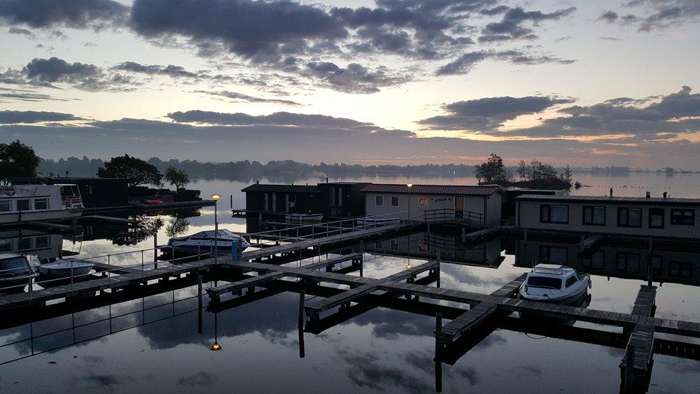 Om de Vinkeveense Plassen en de mooie omgeving te verkennen, te vissen, te gaan zwemmen en zonnen op één van de zandeilanden of gewoon een heerlijke dag op het water door te brengen, kunt u bij VVP Verhuur/Visserslust een van hun zes boten huren.