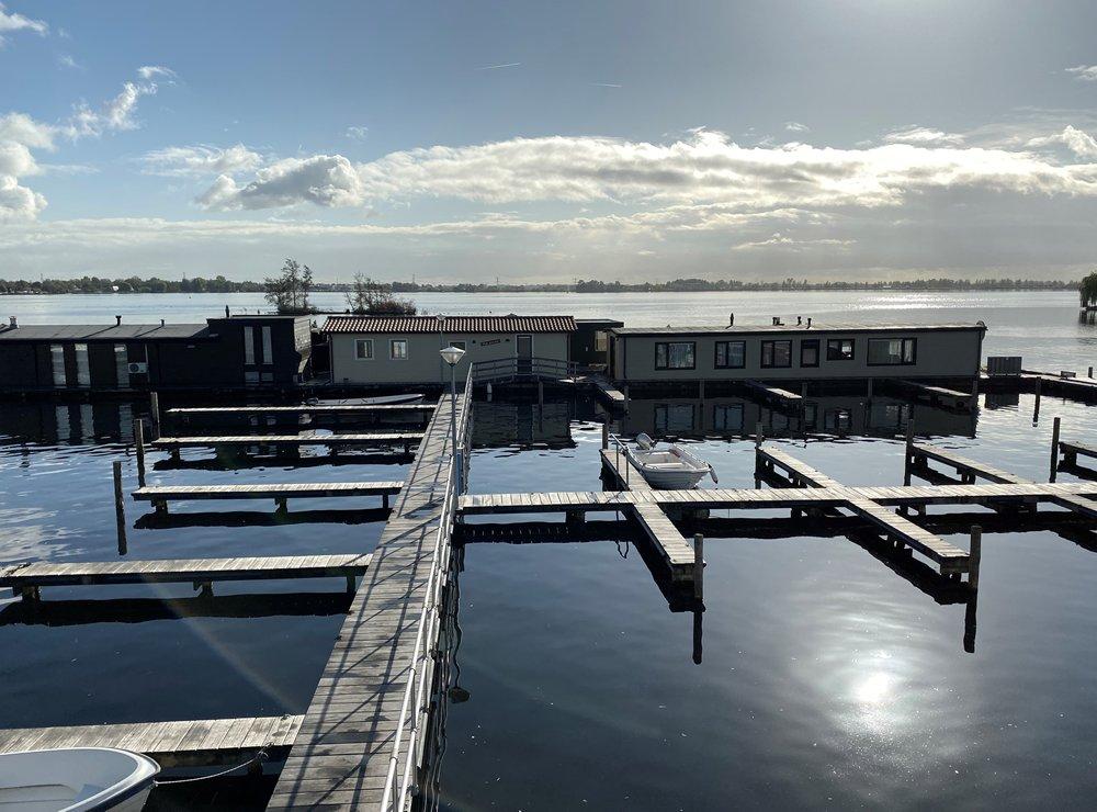 De kleinschalige jachthaven van VVP Verhuur/Visserslust is centraal gelegen aan de Baambrugse Zuwe in Vinkeveen, middenin de Vinkeveense Plassen.