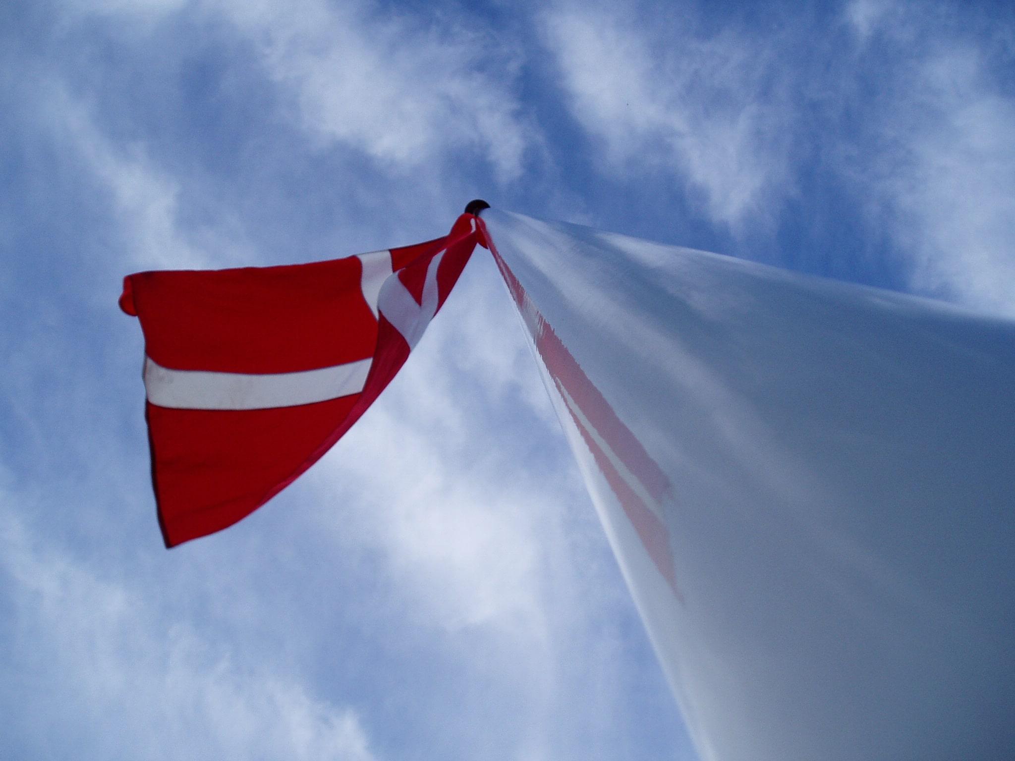 Deense vlag in top.