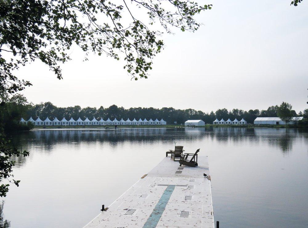 Er verrijst een compleet tentendorp aan waterkant. (foto: Hyppo Wanders)