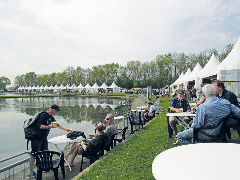 Volop sfeer tijdens dit vliegvisfestival. (foto: Hyppo Wanders)