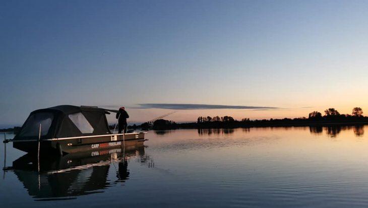 Comfortabel kamperen en vissen op het Friese water