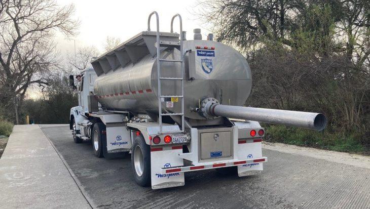 Zalmpjes per vrachtwagens naar zee door Californische droogte