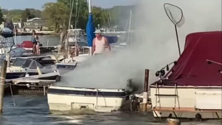 Filmpje: jetski helpt bij brand blussen op sportvisboot