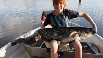Luca (12) vangt meerval op de Oude IJssel bij 'Viscinatie'