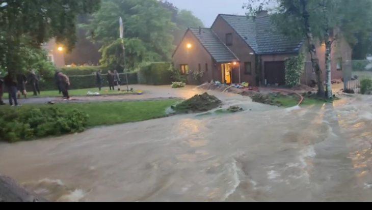 Hevige regens bezorgen veel wateroverlast in Zuid-Limburg